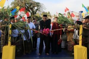 Walikota Singkawang, Awang Ishak memotong tebu sebagai tanda diresmikannya Jembatan Agen Baru