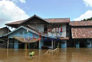 TAK NONTON TV. Rumah warga di Dusun Satai, Desa Sepantai, Kecamatan Sejangkung, Sambas, yang tergenang air hingga mencapai 1,2 meter, Kamis (25/2). Parabola penangkap sinyal tv pun ikut terendam.