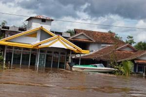 SPEEDBOAT MEJENG. Pemukiman masyarakat Desa Semangak, Kecamatan Sejangkung, Kabupaten Sambas, yang terendam banjir, Rabu (24/2). Terlihat sebuah speedboat milik warga bisa mengapung di depan rumahnya. Kades Jube for Rakyat Kalbar.