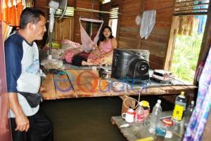 TEMUI WARGA. Kadus Lubuk Lagak, Desa Lubuk Dagang, Kecamatan Sambas, Abdul Muis mengajak wartawan menemui warganya, Dila yang sedang menidurkan bayinya yang demam di panggauan, Kamis (11/2).