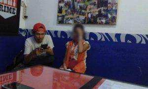 CERITA KORBAN. Korban Ay menceritakan kronologis pemerkosaan yang dialaminya kepada wartawan Rakyat Kalbar di ruang Jatanras Sat Reskrim Polresta Pontianak, Rabu (27/7) dinihari. ACHMAD MUNDZIRIN-RK