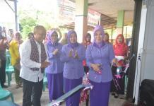 Ketua TP-PKK Kabupaten Melawi memotong pita ketika launching RTK Sayang Ibu Kecamatan Nanga Pinoh