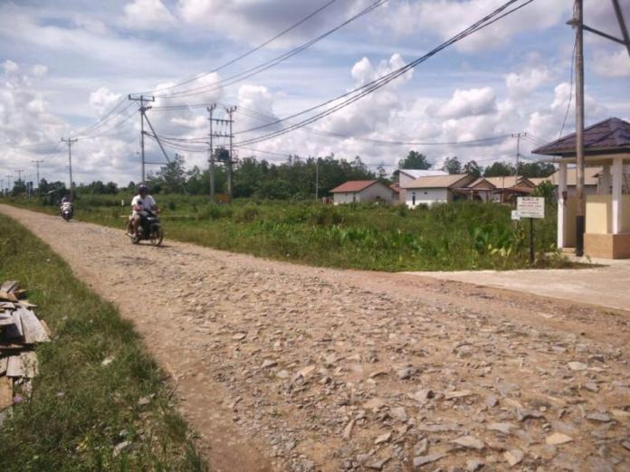 TANPA ASPAL. Jalan Selat Panjang II, Siantan Hulu, Pontianak Utara, hanya bebatuan tanpa aspal, Minggu (25/2). Achmad Mundzirin-RK