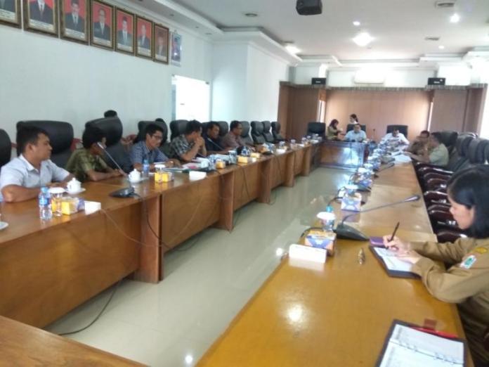 AUDIENSI. Tujuh orang perwakilan warga Desa Sungai Sena Kecamatan Silat Hilir beraudiensi ke gedung DPRD Kapuas Hulu, Senin (12/3). Andreas-RK
