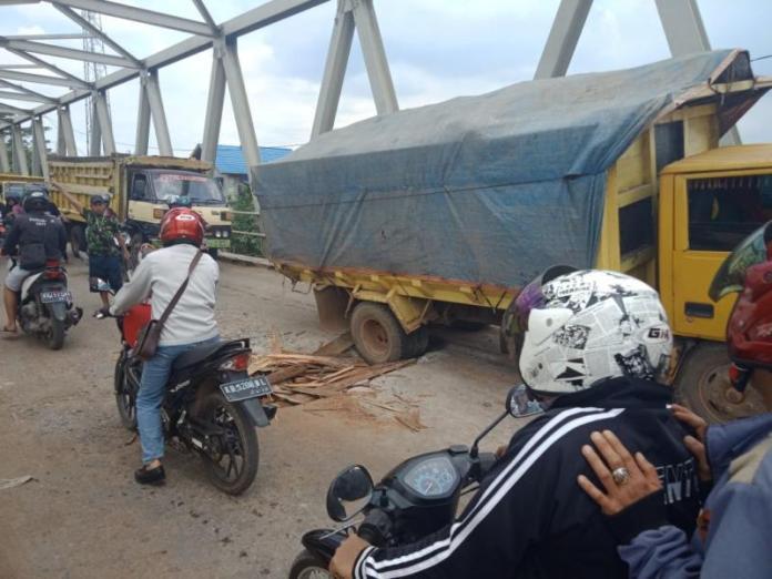Truk Terperosok. Sebuah truk terperosok ke dalam lubang di Jembatan Sungai Ambawang, sehingga sempat menyebabkan kemacetan panjang di jembatan tersebut, baru-baru ini. Syamsul Arifin/RK.