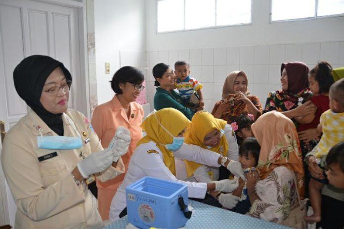 BERI IMUNISASI. Yasarini Lanud Supadio tengah menyelenggarakan imunisasi difteri di ruang UKS TK Angkasa, Selasa (13/3)--Penerangan Lanud Supadio for RK