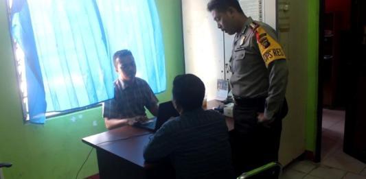 INTROGASI. AKBP Anggon Salazar Tarmizi mengintrogasi oknum guru pelaku pelecehan seksual terhadap muridnya di ruang pemeriksaan Sat Reskrim Polres Sekadau, Kamis siang (15/3). Abdu Syukri-RK