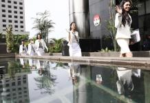 PUTRI INDONESIA DAN KPK. Rombongan finalis Putri Indonesia memasuki Gedung KPK, Jakarta, Senin (5/3). Fedrik Tarigan-Jawa Pos