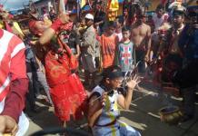 CAPGOME. Aksi tatung memadati jalan raya di ibukota Kecamatan Sungai Pinyuh, Jumat (2/3). Kegiatan Capgome Tahun 2018 menjadi puncak perayaan Imlek 2569 yang dipusatkan di halaman Vihara Tri Dharma Bhakti Sungai Pinyuh. Ari Sandy