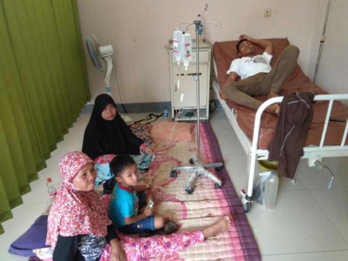 DIRAWAT. Korban dirawat di Puskesmas Teluk Melano--Kamiriluddin/RK