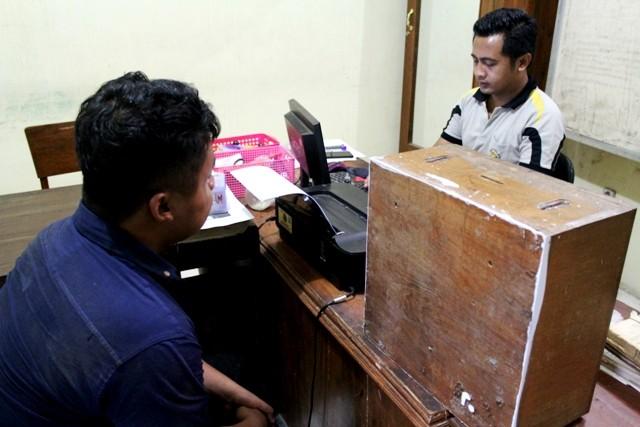 INTEROGASI: Tersangka saat disidik polisi. (M FIKRI ZULFIKAR - JawaPos.com/RadarKediri)