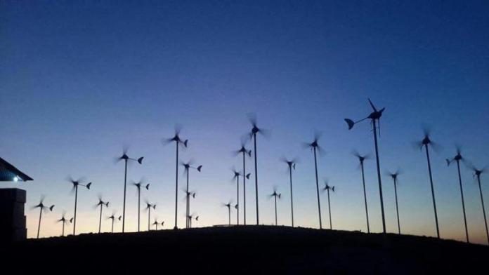 ANGGUN. Inilah penampakan kincir angin untuk pembangkit listrik di Bukit Pabbaresseng, Sulsel, yang berputar begitu anggunnya. HARIAN FAJAR