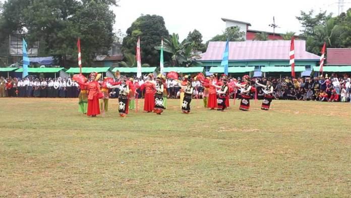 Multi Etnis. Para penari menyuguhkan tarian multi etnis disela pembukaan MTQ V Kabupaten Sekadau Tahun 2018 di Kecamatan Belitang, Selasa (13/3). Abdu Syukri