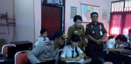 Walikota Singkawang, Tjhai Cui Mie dan Forkumpinda Singkawang pantau pelaksanaan USBN di SMK Negeri 3 Singkawang, Senin (19/3) SUHENDRA RK