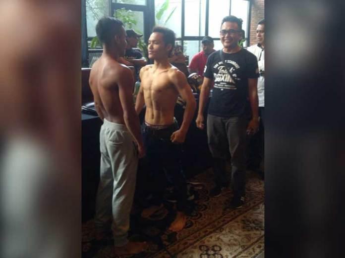 "TIMBANG BADAN. Sesi timbang berat badan antara Hisar ""The Pacman"" Mawan dengan Frengky Rohi sebelum melakoni pertandingan ajang perbaikan peringkat di Jakarta, Sabtu (10/3). Edin Diaz for RK"