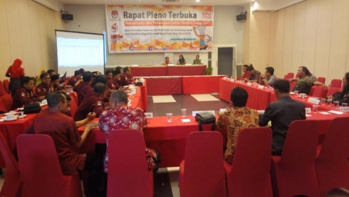 Pleno. KPU Kubu Raya melaksanakan rapat pleno di Hotel Gardenia, Kamis (19/4). Syamsul Arifin/RK.