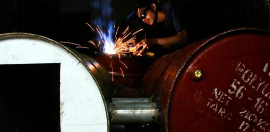 ALAT PENGASAP IKAN. Risty, salah seorang pandai besi membuat alat pengasapan ikan dari drum bekas di lingkungan Getap, Kota Mataram, kemarin (11/4). Ivan/Lombok Pos