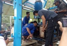 BAKAR SABU. Tiga tersangka memasukan sabu ke dalam insinerator untuk dimusnahkan di halaman kantor BNNP Kalbar Jalan Parit H. Husin II, Pontianak, Kamis siang (19/4). Ambrosius Junius-RK