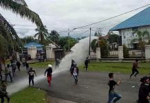 BERHAMBURAN. Massa berlarian menghindari tembakan water canon dan gas air mata yang dilontarkan kepolisian di gedung DPRD Kapuas Hulu, Selasa (24/4). Andreas-RK