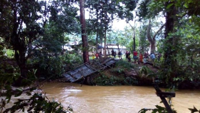 PUTUS. Jembatan Kembian di Desa Cenayan, Nanga Mahap putus akibat terjangan banjir, Selasa malam (24/4). Warga for Rakyat Kalbar