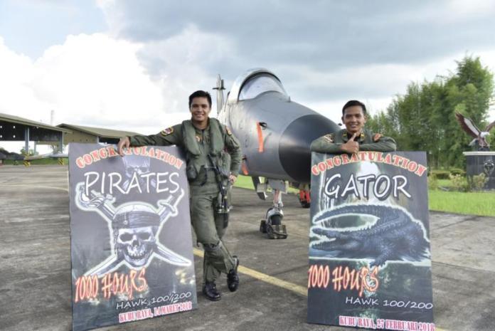 Gator dan Pirates berpose dengan latar belakang pesawat tempur Hawk 100/200 di Lanud Supadio, Rabu (18/4)--Penerangan Lanud Supadio for RK