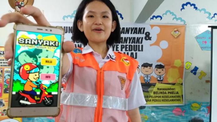 JUARA NASIONAL. Belinda Phelia memperlihatkan game 'Sanyaki' ciptaannya yang mendapat juara III tingkat nasional dan penghargaan Kementerian Perhubungan, Minggu (8/4). Gusnadi-RK