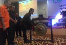 LAUCHING. Direktur Jasa Keuangan PT. Pos Indonesia, Ihwan Sutardiyanta, memukul gong saat launching Layanan Pembayaran PDAM dan PBB Kubu Raya yang digelar di Hotel Mercure Pontianak, Selasa (17/4). Nova Sari-RK
