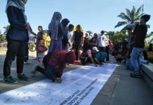 TANDA TANGAN. Warga menandatangani Deklarasi Pilkada Damai di kain putih sepanjang lima meter di kawasan Digulis Untan Pontianak, Minggu pagi (22/4). Gusnadi-RK