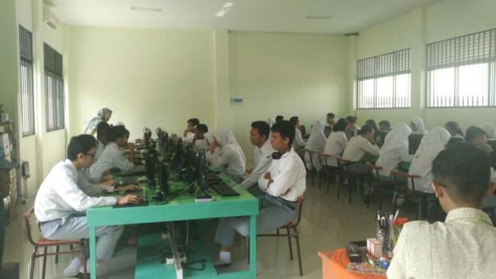 UJIAN. Para siswa SMA Negeri 3 Pontianak mengikuti hari pertama pelaksanaan UNBK, Senin (8/4). Rizka Nanda-RK