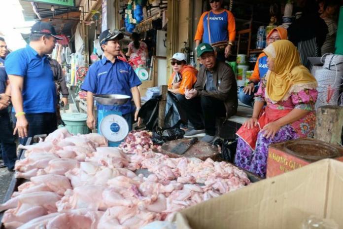 Calon Gubernur Kalbar Sutarmidji tampak dekat dengan warga ketika mengunjungi pasar pagi di Kabupaten Kapuas Hulu. (Kang Enchus for Equator)