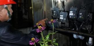 Petugas PLN saat memeriksa wering box lost kontak yang terbakar akibat disambar petir