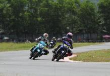 BERSAING. Para pembalap kelas matic Yamaha ini tengah bersaing mengejar garis finish dalam event bergengsi Kejurprov Moto Prix Putaran 1 di Sirkuit Taman Pasir Panjang Singkawang beberapa waktu lalu--Ocsya Ade CP/RK