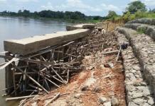 DIDUGA BERMASALAH. Beginilah kondisi terakahir proyek penguatan tebing sungai Kapuas di Desa Sungai Uluk, Putussibau Selatan, Kapuas Hulu Rabu (18/4). Andreas-RK