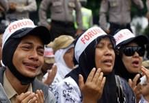 Sejumlah honorer menangis saat menggelar aksi di pelataran Istana Negara. (JawaPos.com)