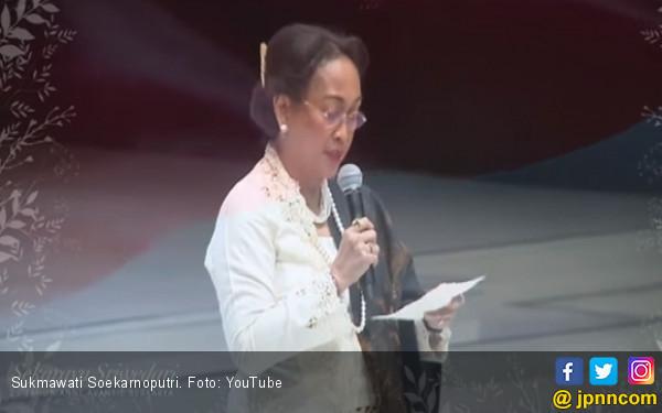 DIKECAM KERAS. Pada ajang Indonesia Fashion Week 2018 Kamis malam (29/3) di Jakarta Convention Center, Sukmawati Soekarnoputri, membaca puisi yang kini terus menuai kecaman publik. Courtesy Youtube