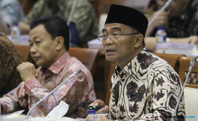Mendikbud Muhadjir Effendy (kanan) (Charlie Lopulua/Indopos/Jawa Pos Group)