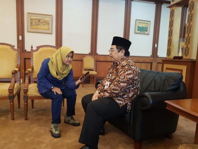BINCANG-BINCANG. Dodi Riyadmaji bincang-bincang ringan dengan wartawan Rakyat Kalbar di ruang kerja Gubernur Kalbar, Kamis (17/5). Humas Pemprov for RK