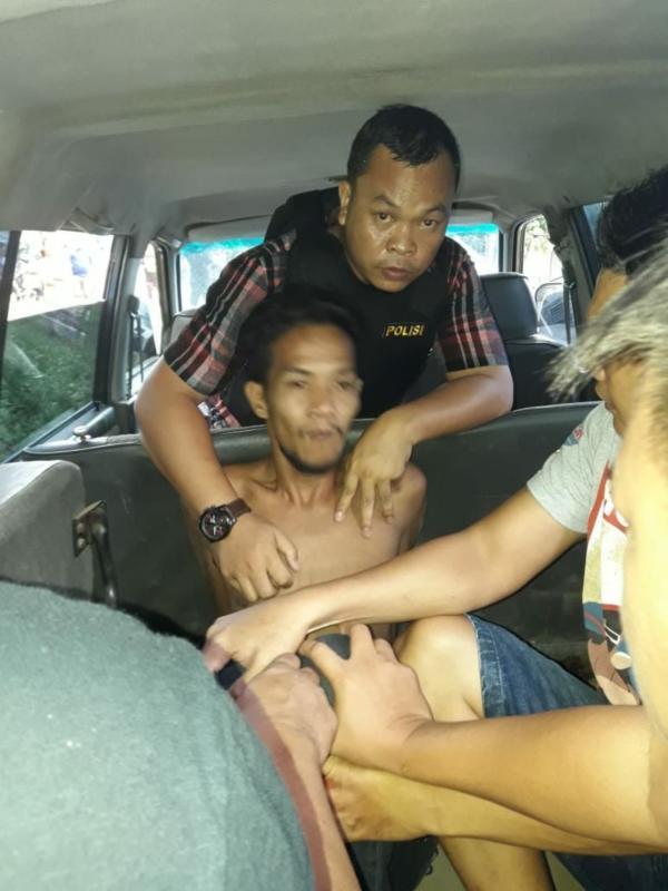 DIAMANKAN. Pelaku penyerangan Mapolsek Maro Sebo, Jambi, AS, diamankan dua jam setelah kejadian di kediamannya, Desa Danau Lamo, Maro Sebo, kemarin (22/5). Ellan Ra-Jambi Ekspres