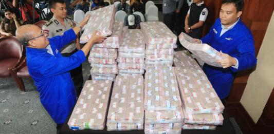 DUIT SAMADIKUN. Petugas cash center Bank Mandiri dan kepolisian menata kemasan uang tunai dari Samadikun Hartono sebesar Rp87 miliar, Kamis (17/5), di Plaza Mandiri Jakarta. Muhamad Ali-Jawa Pos