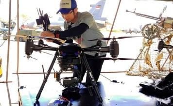 Setting Drone. Humas Enggang Drone Community, Insani Qurniawan terlihat sedang menyetting drone jenis Puna 8, beberapa waktu lalu. Insan for Rakyat Kalbar.