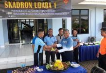 Danlanud Supadio, Marsma Minggit Tribowo meneyerahkan tumpeng kepada Prada Ali Murdani, di home base Skadud I, Lanud Supadio Pontianak, Minggu (29/4)--Penerangan Lanud Supadio for RK