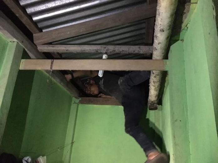 SEMBUNYI. Takut dirazia, salah seorang penghuni hotel bersembunyi di atas dek di salah satu hotel di Entikong, Sabtu (19/5) malam—Polisi for RK