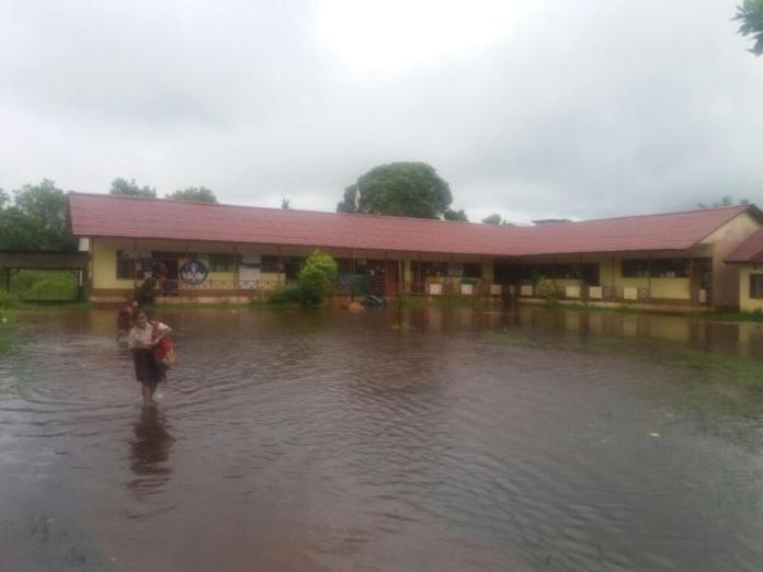 BANJIR. Halaman salah satu sekolah di Desa Pancaroba, Sungai Ambawang, Kubu Raya yang terrendam banjir kemarin. Warga for RK