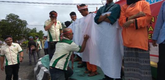 KECAM TEROR. Sejumlah mahasiswa dan Ormas di Kapuas Hulu menggelar aksi damai menentang aksi teror yang terjadi disejumlah di Indonesia yang dilaksanakan di bundaran Tugu Pancasila, Putussibau, Rabu (16/5). Andreas-RK
