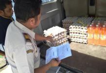 PANTAU TELUR MALAYSIA. Petugas di PLBN Entikong memantau masuknya telur ayam dari Malaysia, di Entikong, Sanggau, Rabu (23/5). Warga for Rakyat Kalbar