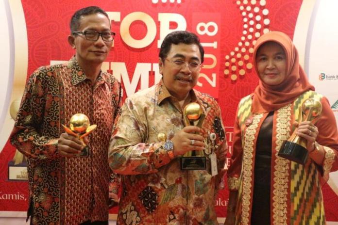 RAIH PENGHARGAAN. Mahmudah, Agus Subardi dan Pj Gubernur Kalbar Dodi Riyadmadji ketika menerima penghargaan di Grand Ballroom Balai Kartini, Jakarta, Kamis (3/5). Humas Pemkot for RK