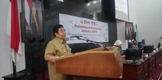 SAMBUTAN. Dodi Riyadmadji memberikan sambutan dikegiatan pembekalan dan deklarasi LHKPN 18 Paslon kepala daerah di Balai Petitih Kantor Gubernur Kalbar, Selasa (8/5). Humas Pemprov for RK