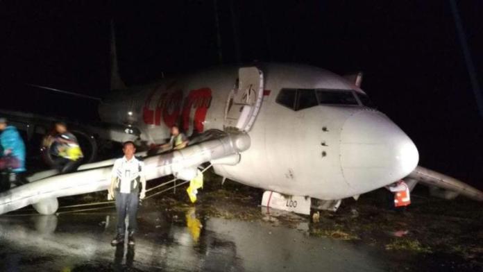 DIEVAKUASI. Kondisi pesawat Lion Air dalam proses evakuasi sesaat setelah tergelincir di Bandara Djalaludin, Gorontalo, Ahad (29/4). Franco-Gorontalo Post
