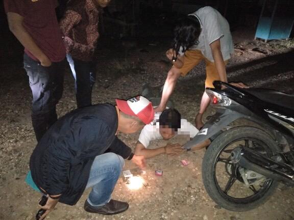 SERGAP. Terduga pengedar sabu saat disergap anggota Polres Melawi di depan Hotel Cantika, Jalan Nanga Pinoh-Sintang, Selasa (15/5) dini hari--Humas Polres for RK
