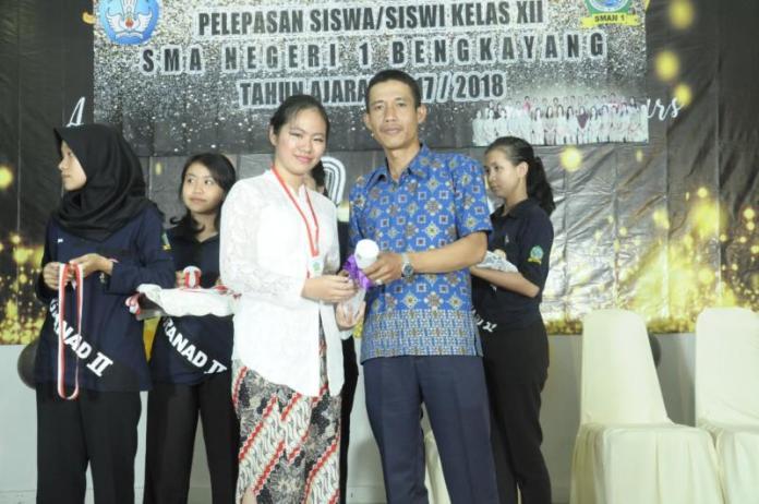 UN TERTINGGI. Virgia Velavia menerima piala peraih UN tertinggi se Kabupaten Bengkayang, beberapa waktu lalu. Guru for RK